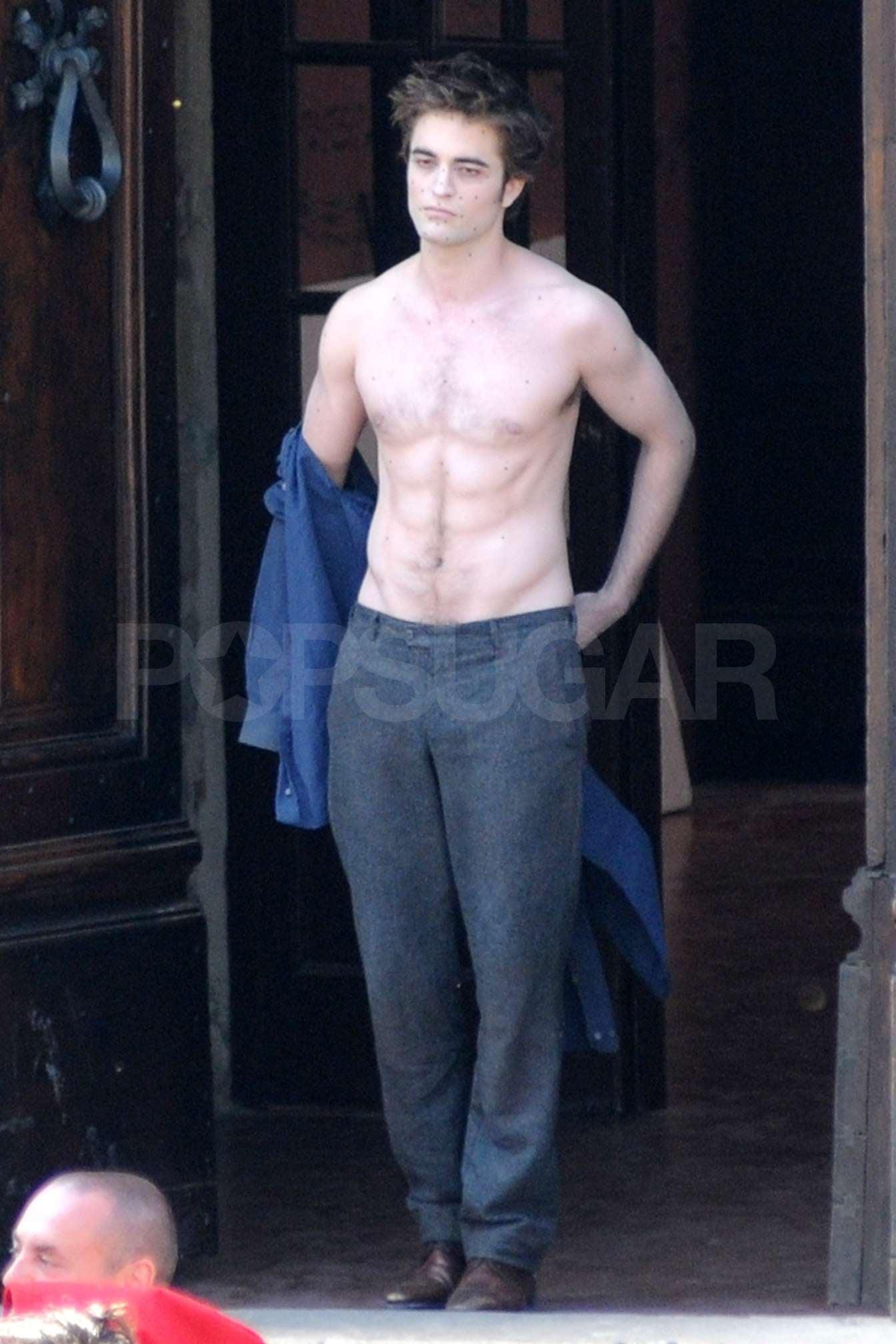 Shirtless Photos of Robert Pattinson Kissing Kristen Stewart on the Set of New Moon