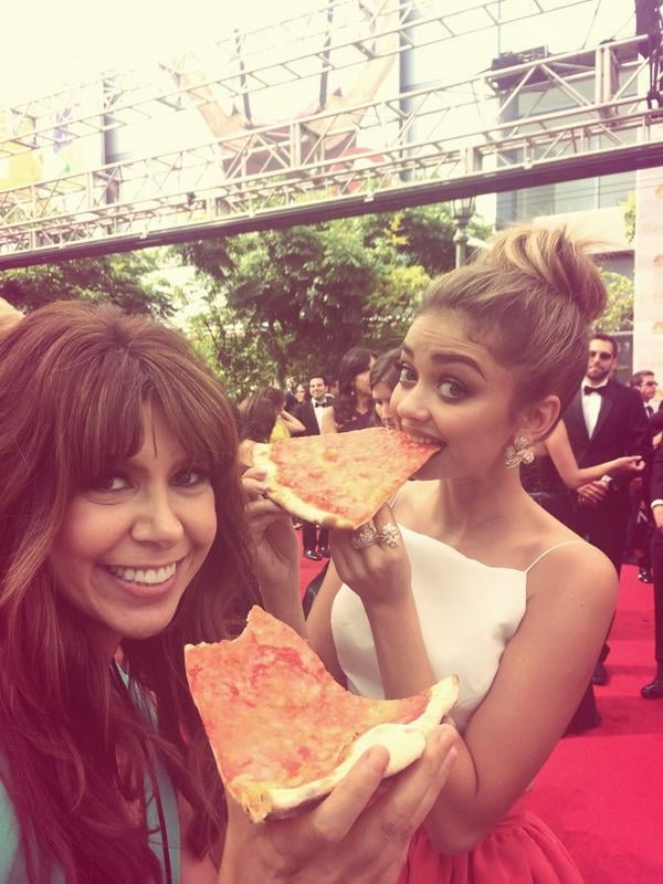 Sarah Hyland wasn't afraid to get pizza sauce on her Emmys gown — the actress had a slice with a reporter right on the red carpet!