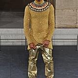 عرض فاريل ويليامز أزياء العلامة أيضاً، وارتدى بنطالاً ذهبيّاً