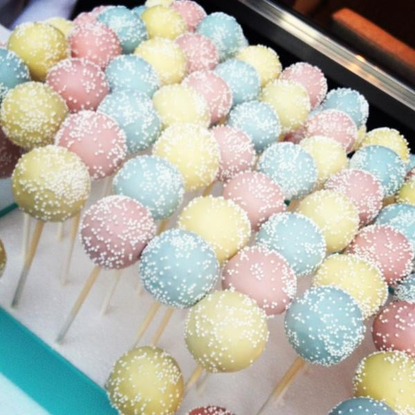 Typically, the prettiest cake pops of all time were found at Tiffany & Co. Source: Twitter user vogueoz