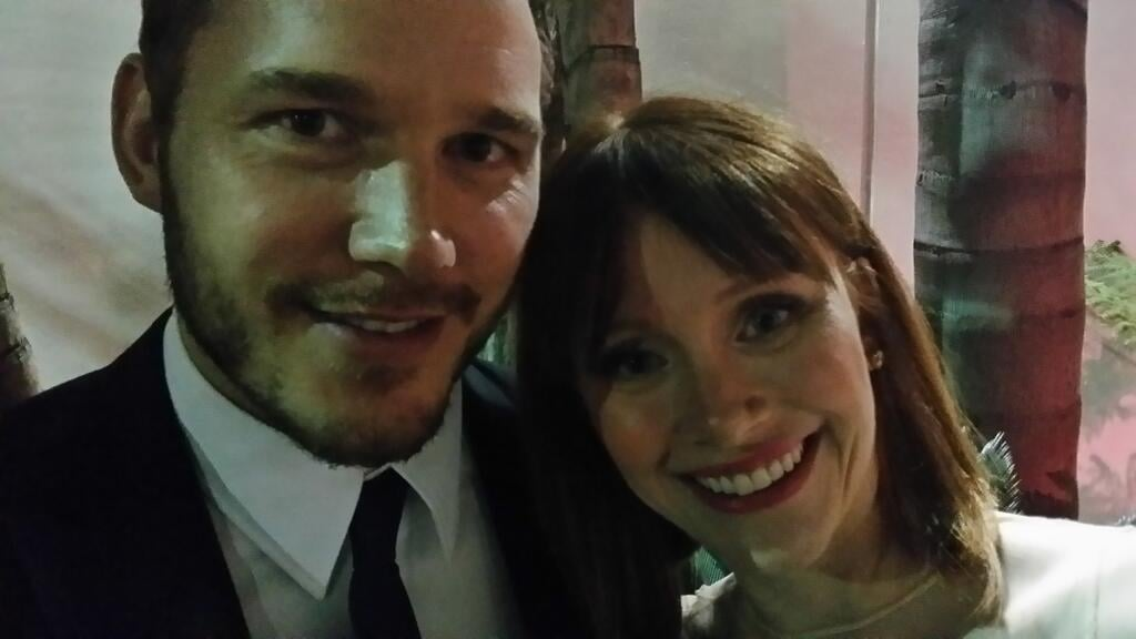 Chris Pratt posed alongside Bryce Dallas Howard at the Golden Globes. Source: Twitter user RealRonHoward