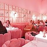 تُشكّل المقاعد الورديّة الفخمة والجدران الزاهية مثالاً حقيقيّاً على الديكورات الجديرة بالتوثيق عبر الإنستغرام.
