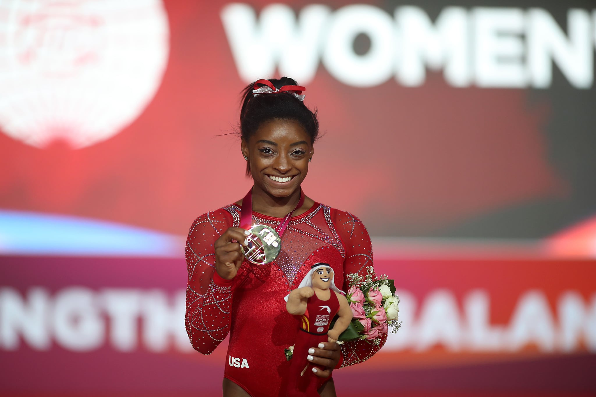 Gold medallist Simone Biles (C) from the US poses for a photograph with her medal after the Floor Exercise final during the 2018 FIG Artistic Gymnastics Championships at the Aspire Dome on November 3, 2018 in Doha. (Photo by KARIM JAAFAR / AFP)        (Photo credit should read KARIM JAAFAR/AFP/Getty Images)