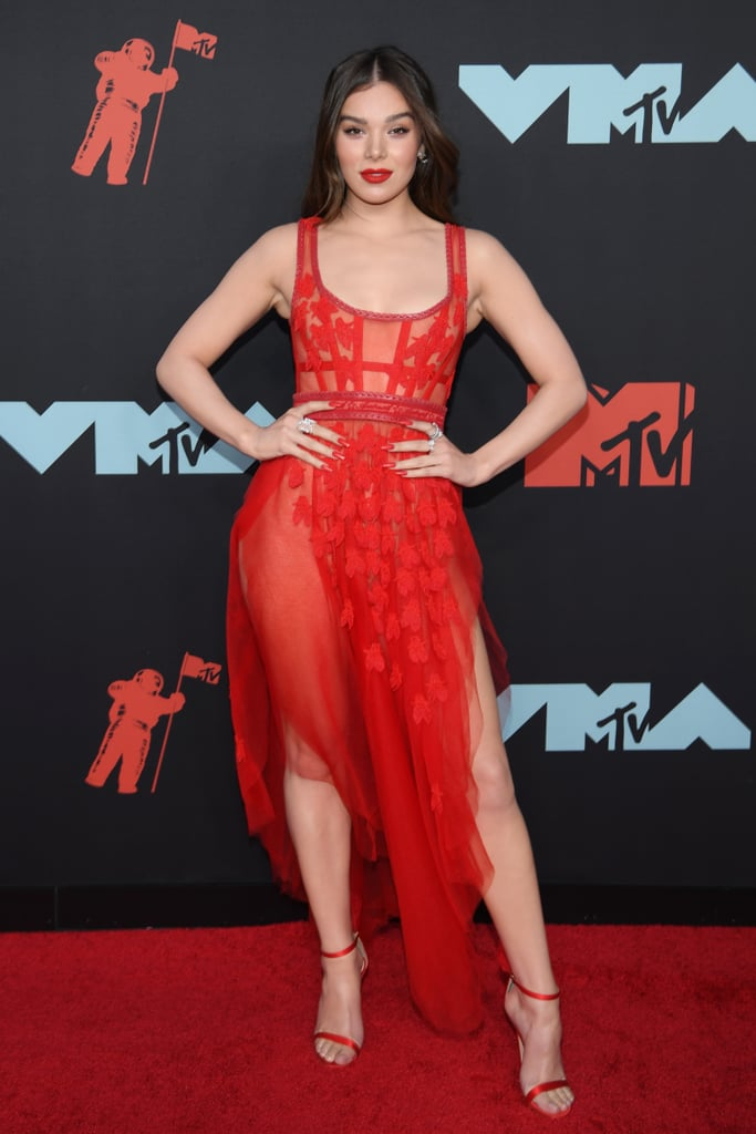 Hailee Steinfeld Wears One of Fall's Biggest Beauty Trends at the VMAs