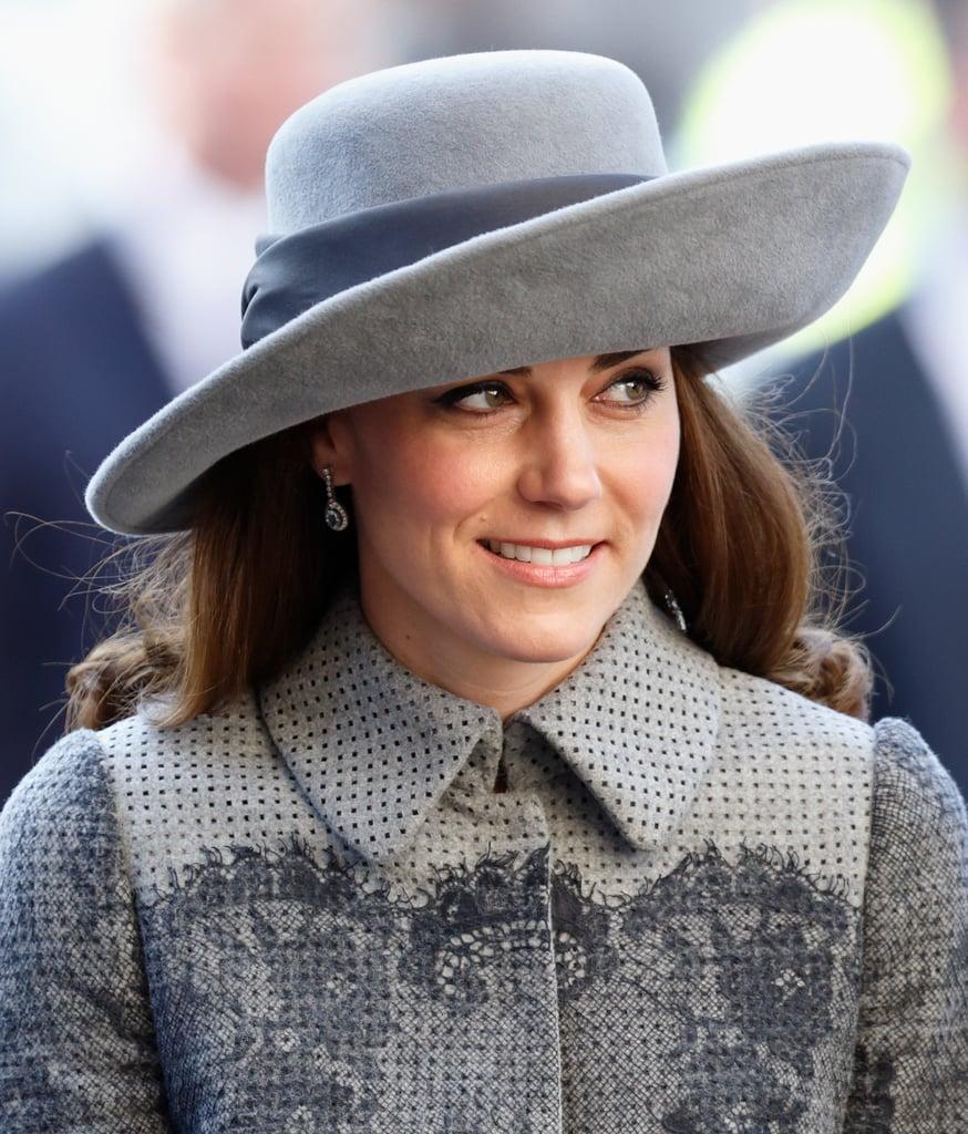 """أطلّت كيت بمعطفها من علامة """"إرديم"""" مع قبّعة عريضة الحواف من تصميم جون بويد وذلك في مراسم يوم الكومنولث عام 2016."""