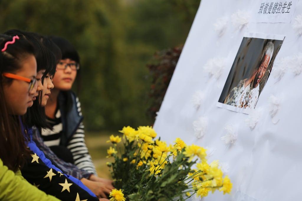 Girls in Hengyang, China, paid tribute to Nelson Mandela.