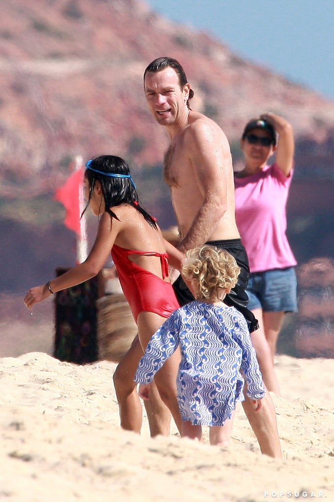 Ewan McGregor played with his daughters on the beach in ...  Ewan Mcgregor Daughter Anouk