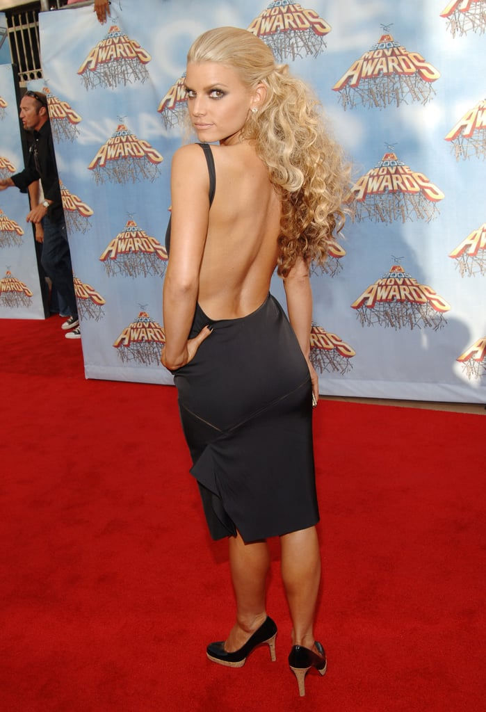 Jessica Simpson made a dramatic arrival at the June 2005 MTV Movie Awards in a low-cut, skintight black gown.