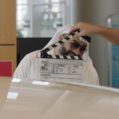 الإماراتي علي السيد يؤدي عرض كوميدي في حي القوز بدبي 2019