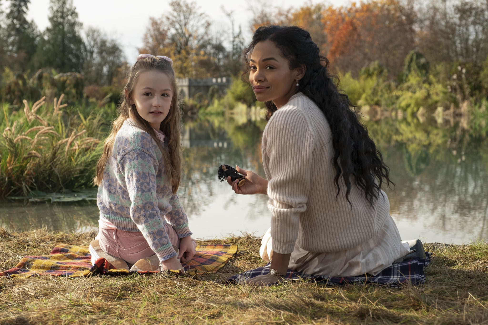THE HAUNTING OF BLY MANOR (L to R) AMELIE SMITH as FLORA and TAHIRAH SHARIF as REBECCA JESSEL in THE HAUNTING OF BLY MANOR Cr. EIKE SCHROTER/NETFLIX  2020