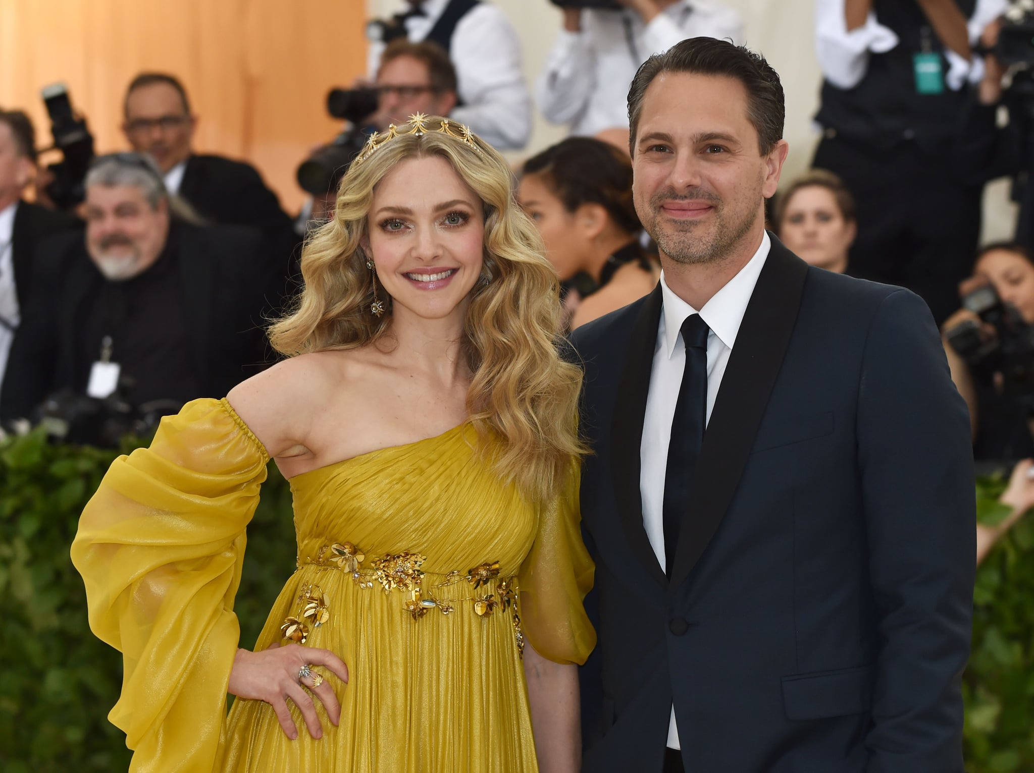 Amanda Seyfried and Thomas Sadoski arrive for the 2018 Met Gala on May 7, 2018, at the Metropolitan Museum of Art in New York. - The Gala raises money for the Metropolitan Museum of Arts Costume Institute. The Gala's 2018 theme is Heavenly Bodies: Fashion and the Catholic Imagination. (Photo by Hector RETAMAL / AFP)        (Photo credit should read HECTOR RETAMAL/AFP/Getty Images)