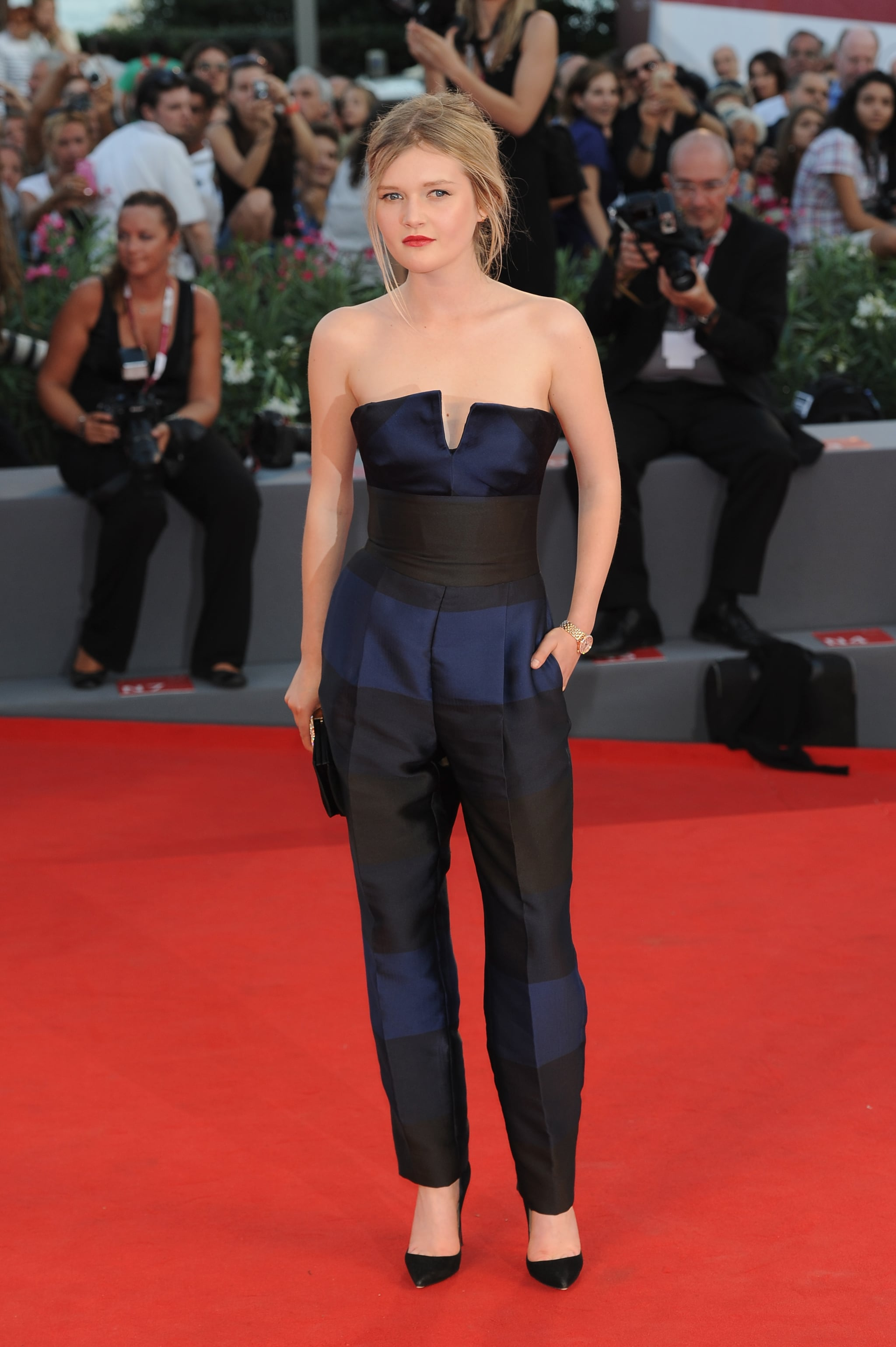 Sophie Kennedy Clark arrived in a Stella McCartney jumpsuit and minimalist black accessories on the Philomena red carpet at the Venice International Film Festival.