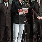 """أثناء خطابها الذي ألقته في أنغولا، نسّقت ديانا بنطال جينز أزرق فاتح مع سترة مزدوجة الأزرار وحذاء """"سنيكرز"""" من علامة Superga."""