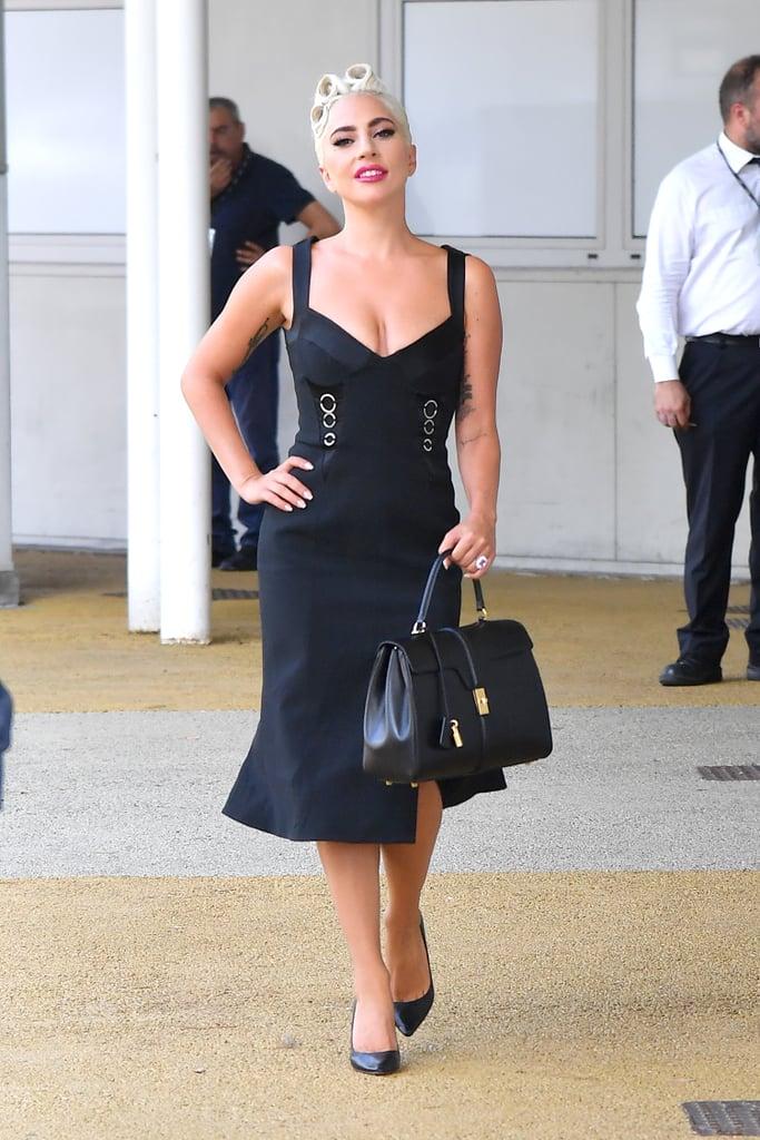 مرتديةً ثوباً من جوناثان سيمكاي مع حذاء كعب عالٍ من تصميم جيمي تشو، وحقيبة يد من علامة سيلين.