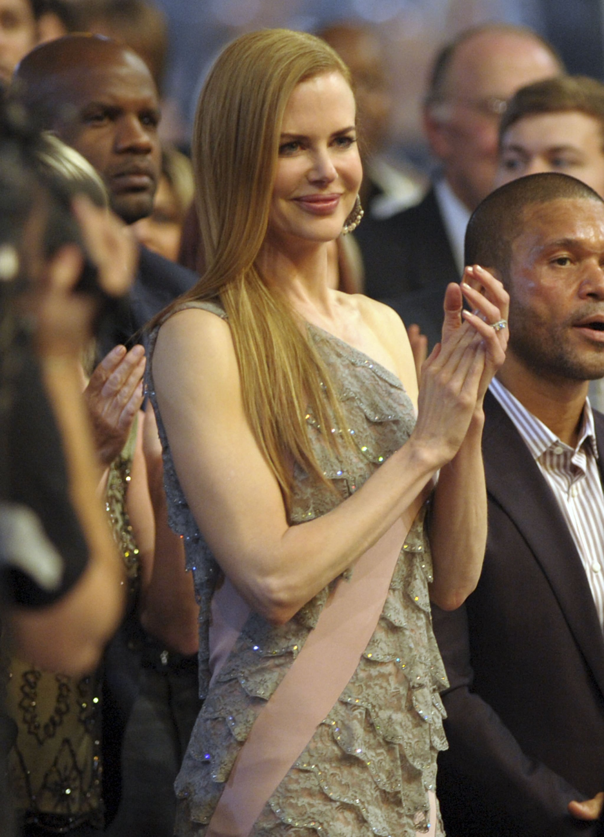Nicole Kidman clapped for Keith Urban as he accepted an award in 2009.