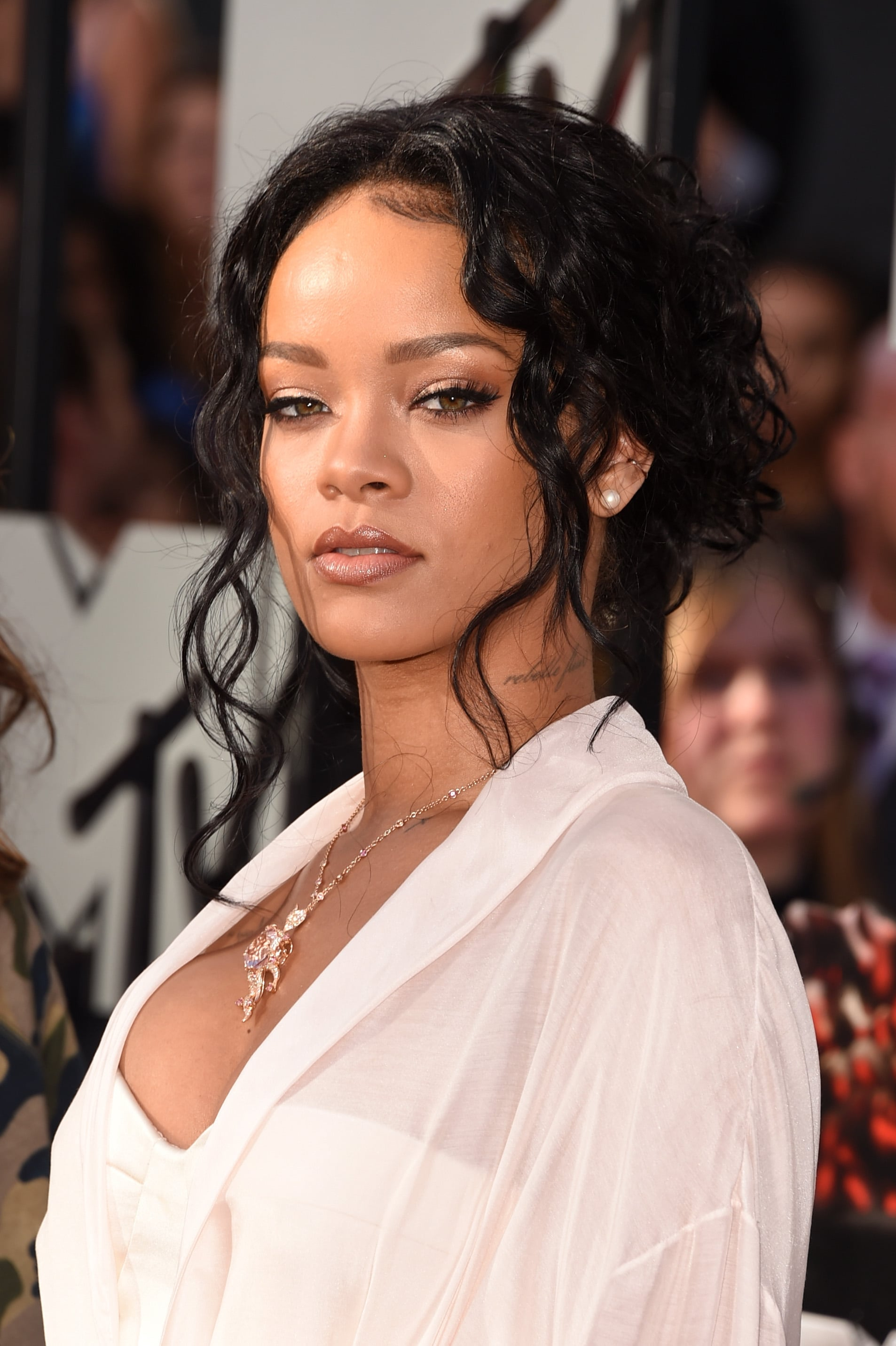 Rihannas Hair And Makeup At Mtv Movie Awards 2014 Popsugar Beauty