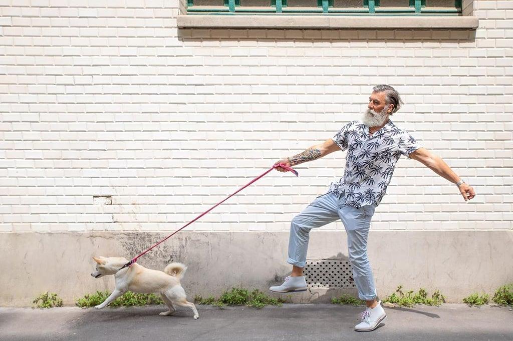 عارض الأزياء الجذّاب البالغ من العمر 60 عاماً هذا سيُذكّركم