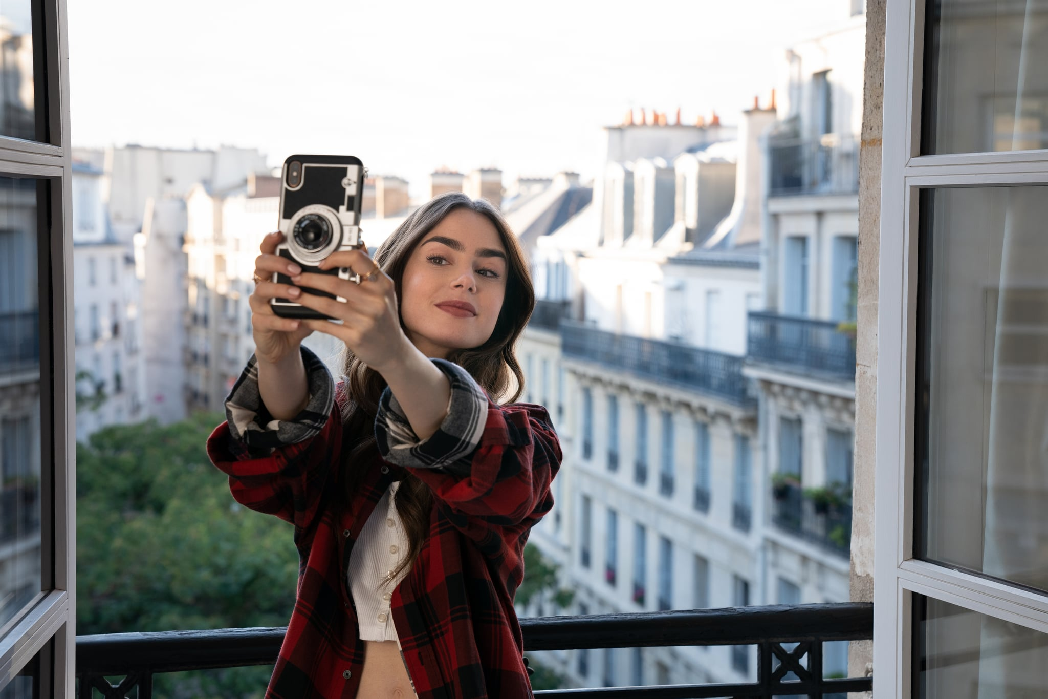 EMILY IN PARIS (L to R) LILY COLLINS as EMILY in episode 101 of EMILY IN PARIS Cr. STEPHANIE BRANCHU/NETFLIX  2020