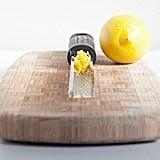 قومي بتجميد عصير وقشر اللّيمون الأصفر والأخضر، واحفظيه لعدة أشهر.