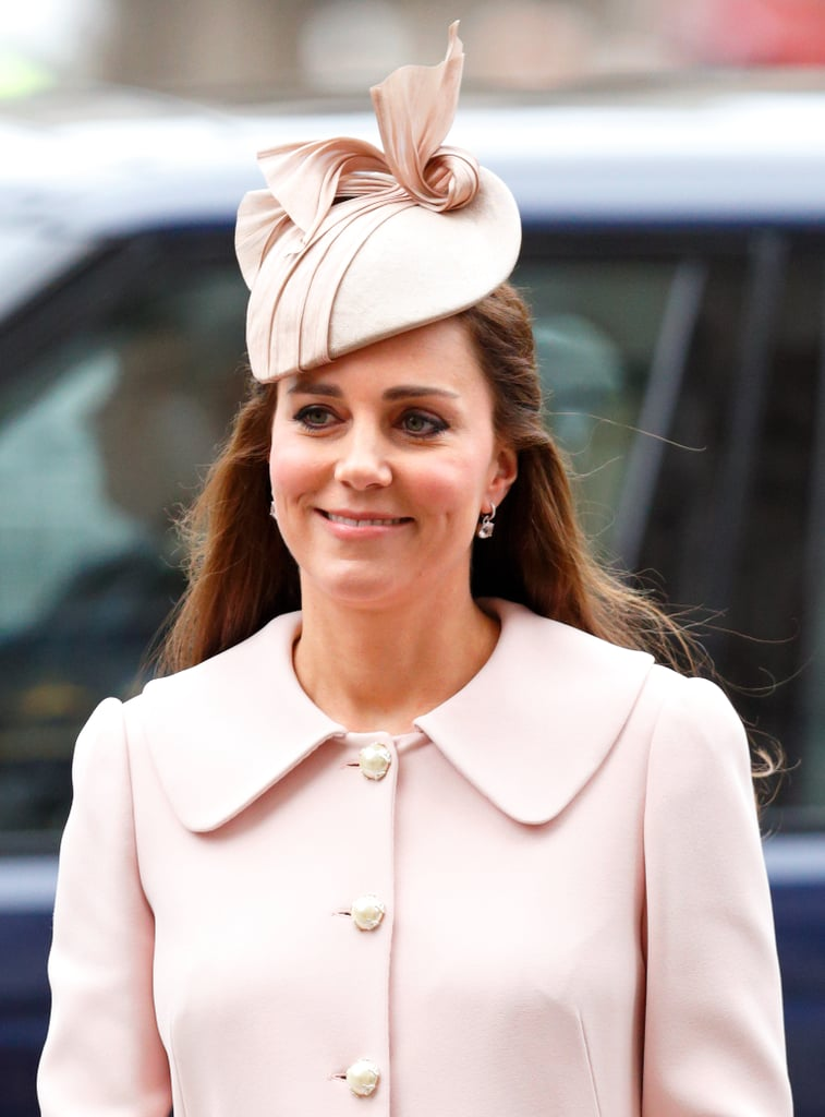 قامت كيت بتنسيق معطف ألكسندر ماكوين الوردي الفاتح مع قبعة من تصميم جين تايلور في مراسم يوم الكومنولث عام 2015.