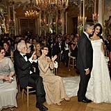 """أمل كلوني مُرتدية ثوب """"أوسكار دي لا رنتا"""" في حفل زفافها الذي أُقيم بمدينة فينيسيا الإيطالية خلال شهر سبتمبر 2014"""