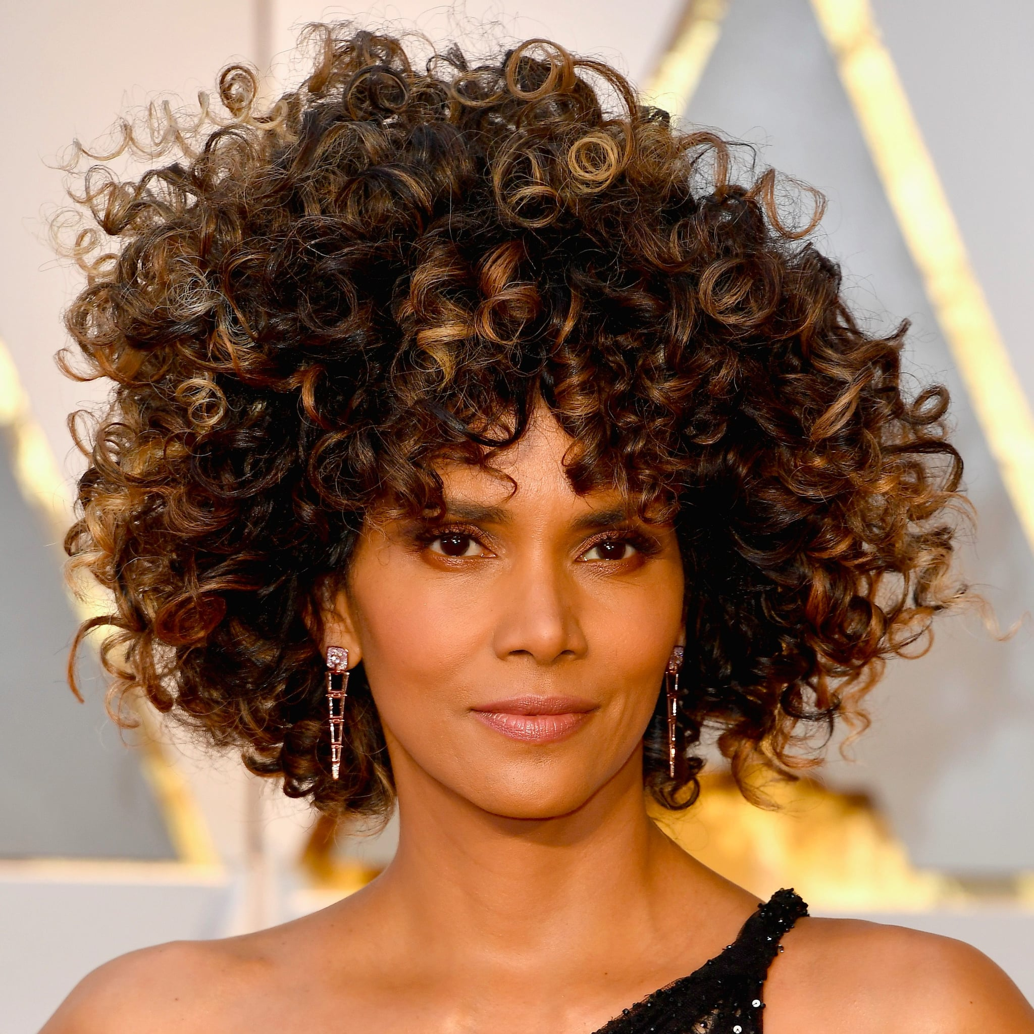 halle berrys hair and makeup at the 2017 oscars popsugar beauty