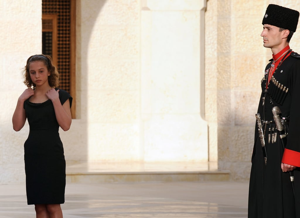 اختارت فستاناً أسوداً قصيراً بقصّة جميلة.