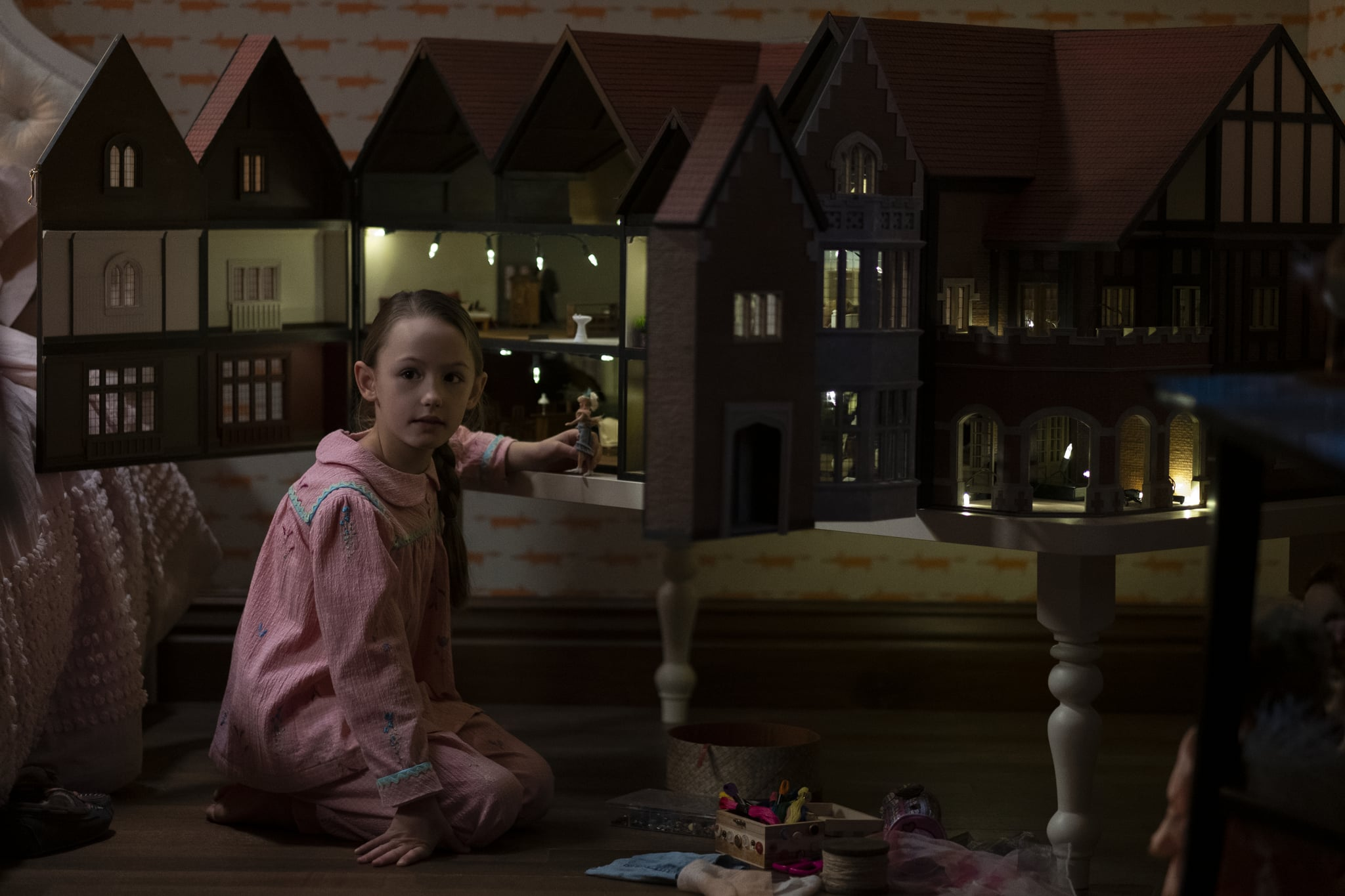 THE HAUNTING OF BLY MANOR (L to R) AMELIE SMITH as FLORA in episode 101 of THE HAUNTING OF BLY MANOR Cr. EIKE SCHROTER/NETFLIX  2020