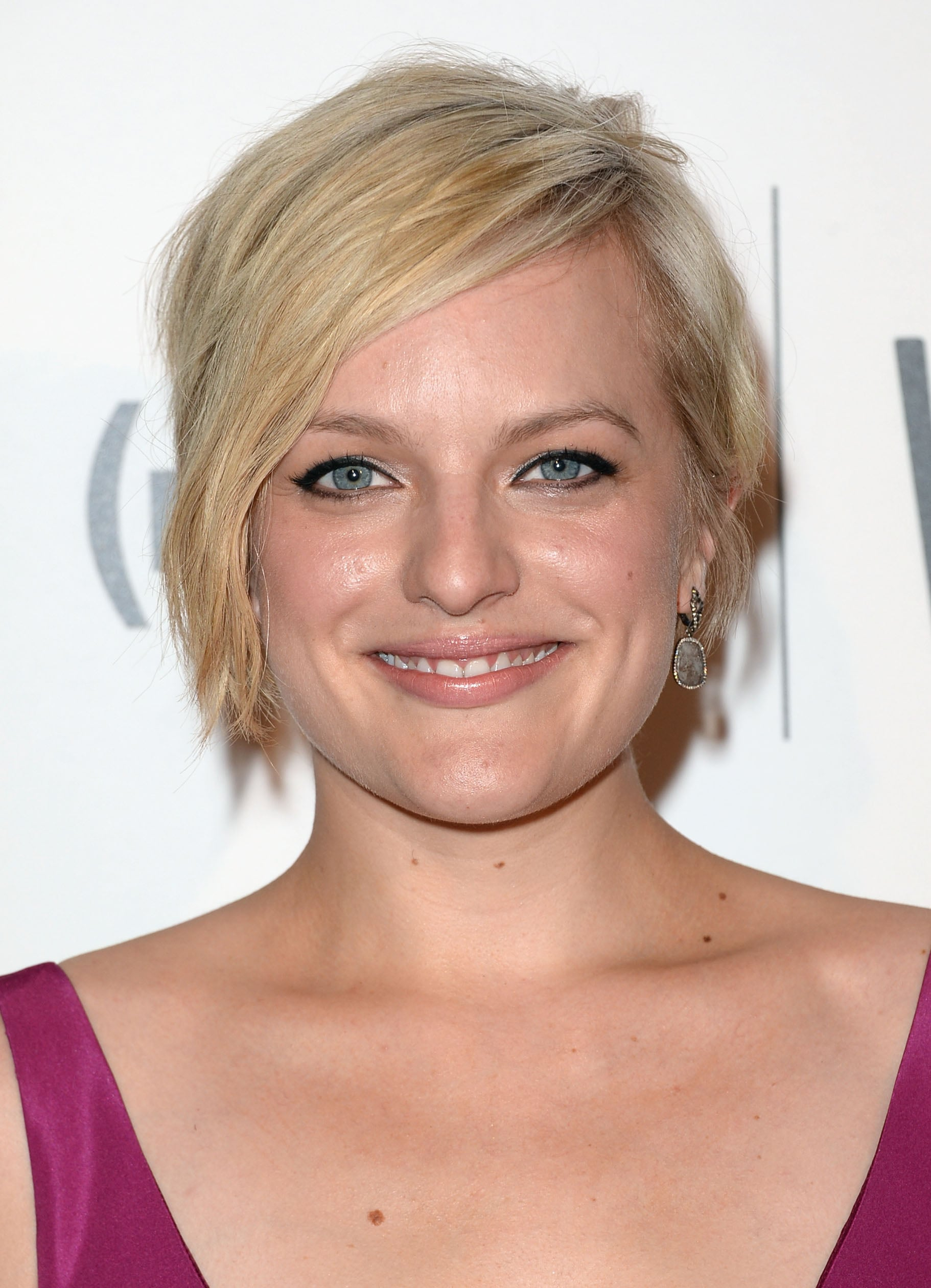 Wearing her asymmetrical pixie cut in a textured style, Elisabeth Moss lined her eyes in kohl for a cool-girl look.