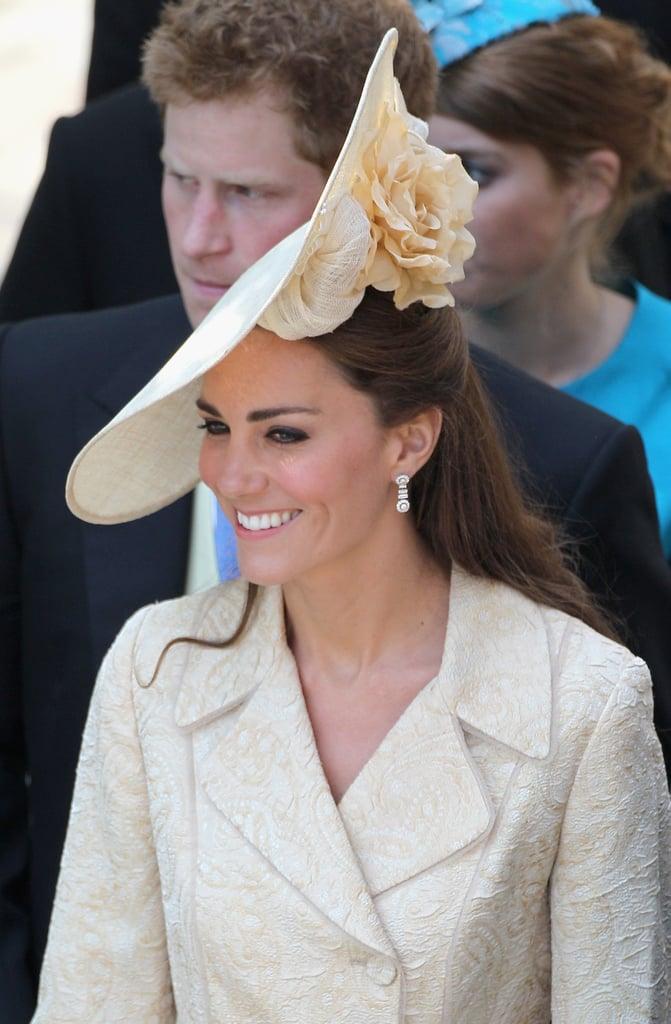 أطلّت كيت بقبّعة كريميّة من تصميم جينا فوستر لحضور حفل زفاف الأميرة زارا في عام 2011.