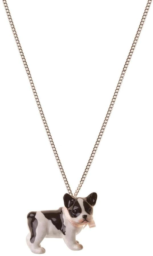 قلادة خزف على شكل كلب البولدوغ الفرنسيّ من Pink Poodle Boutique  (بسعر 57$ دولار أمريكي؛ 210 درهم إماراتيّ/ريال سعوديّ)