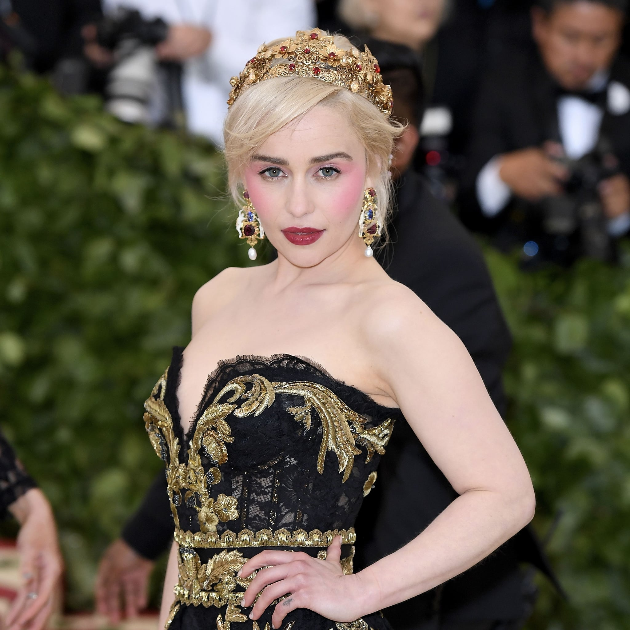 emilia clarke s hair and makeup at the 2018 met gala popsugar beauty