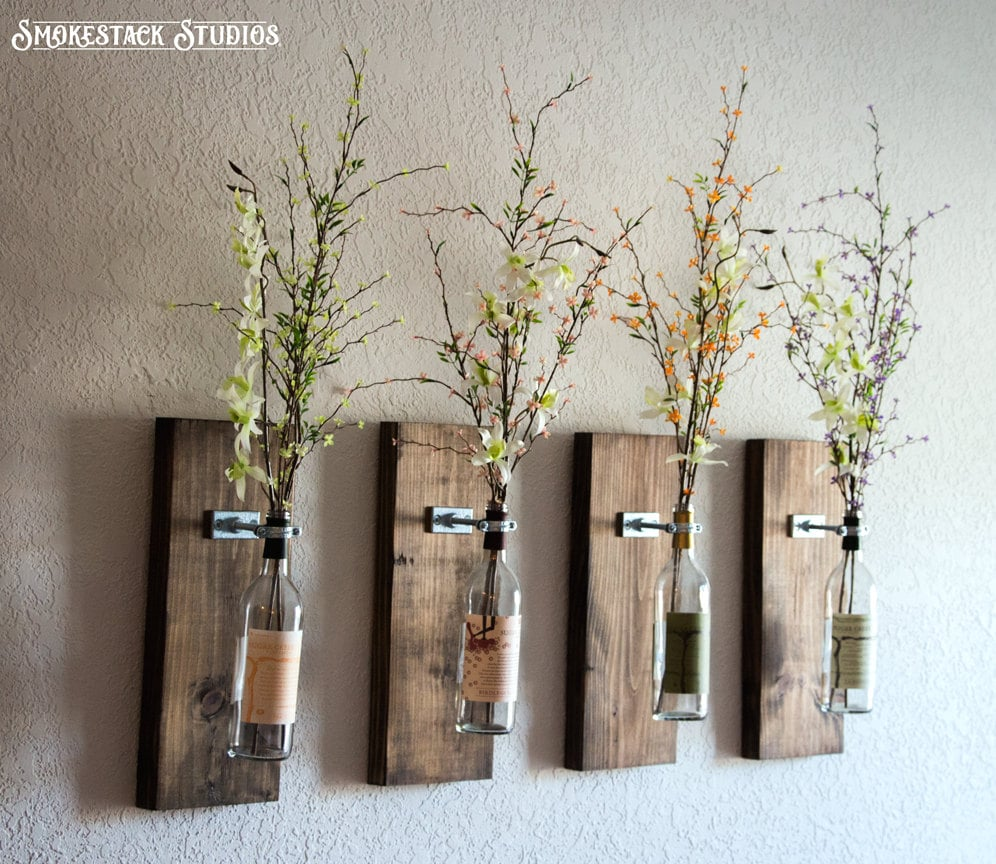 Wine bottle hanging vases cool upcycling projects for Decoration murale helline
