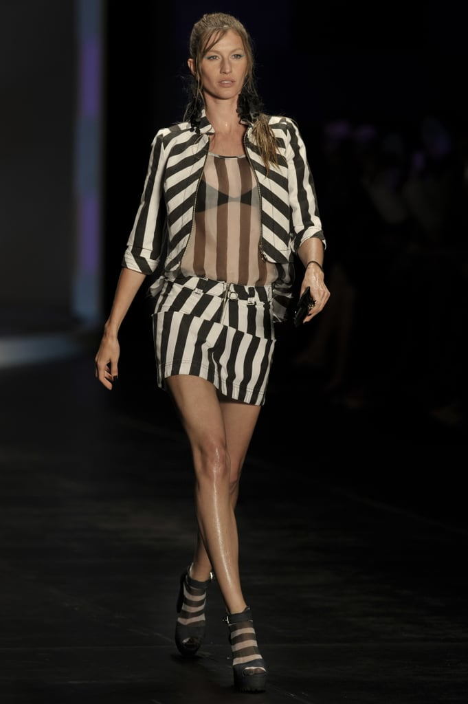 Pictures of Gisele Bundchen Walking in the Colcci Show in Sao Paulo 2010-06-14 21:30:34