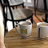 ادعي إحدى صديقاتكِ لجلسة دردشة مع شرب القهوة.