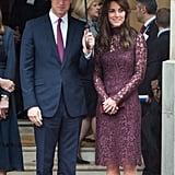 عندما ارتدت ثوب دانتيل بياقة عالية وبلون ربطة عنق الأمير ويليام الخوخية