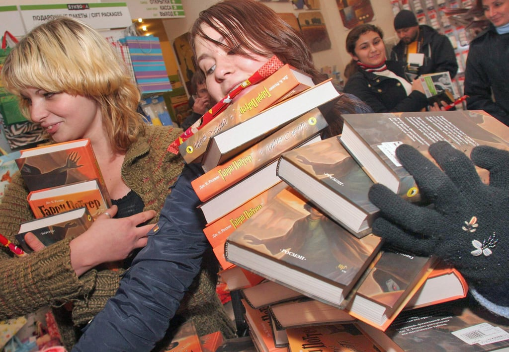 When These Fans in Russia Were Determined to Leave With Every Single Copy