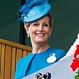 ارتدت كونتيسة ويسكس قبعة تركوازيّة من تصميم جين تايلور خلال حضورها مهرجان أسكوت لسباقات الخيول عام 2013.