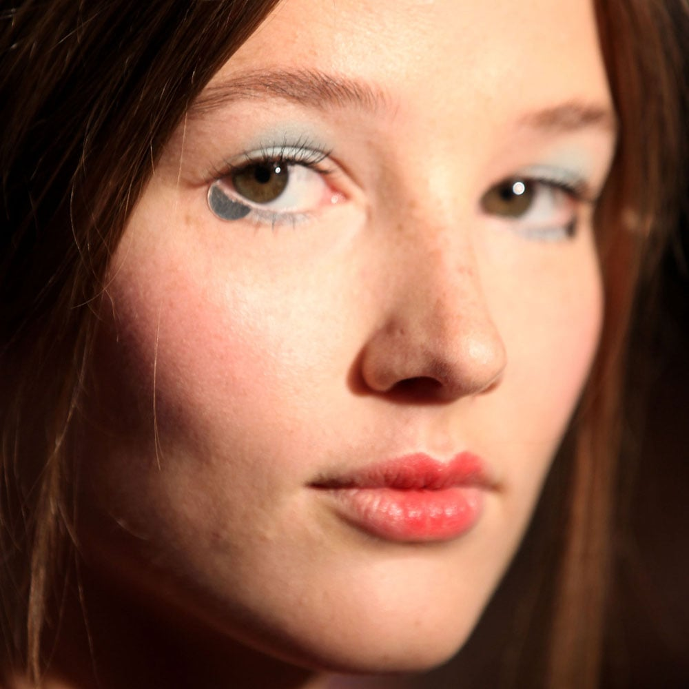 A metallic half-moon was added below the lash line on the outer corner of the eyes.