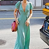 Miranda Kerr paired her dress with a pink shoulder bag.