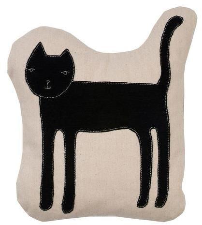 وسادة بطبعة القطة من K Studio  (بسعر 110$ دولار أمريكيّ؛ 405 درهم إماراتيّ؛ ريال سعودي)