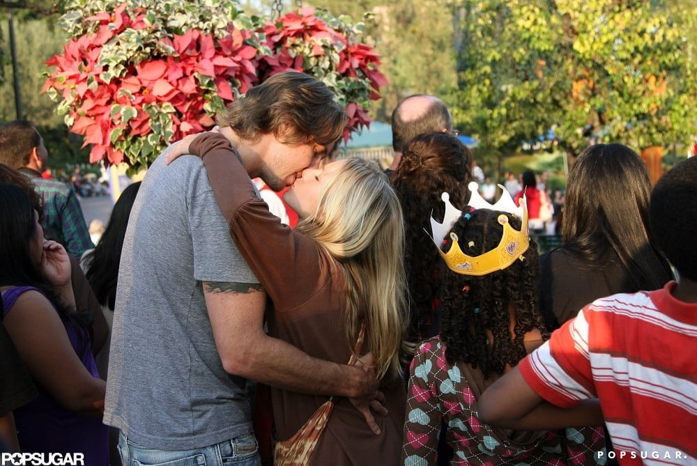 Kristen Bell and Dax Shepard shared a kiss in line at Disneyland in November 2008.