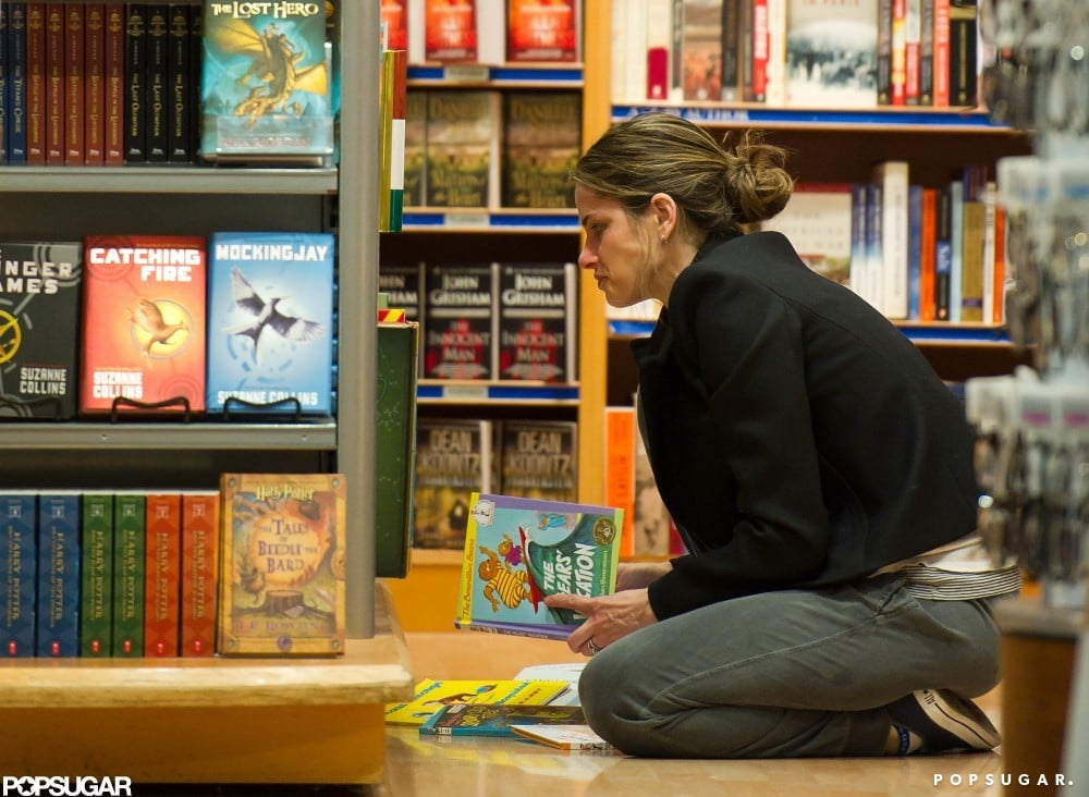 Amanda Peet contemplated buying Stain Berenstain's The Bears' Vacation for her little ones in March 2011.