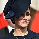 مثّلت قبّعة كيت النيليّة اللّمسة المثاليّة المتمّمة لزيّها في مراسم الاحتفال بمناسبة انتهاء العمليّات القتاليّة البريطانيّة في أفغانستان عام 2015.