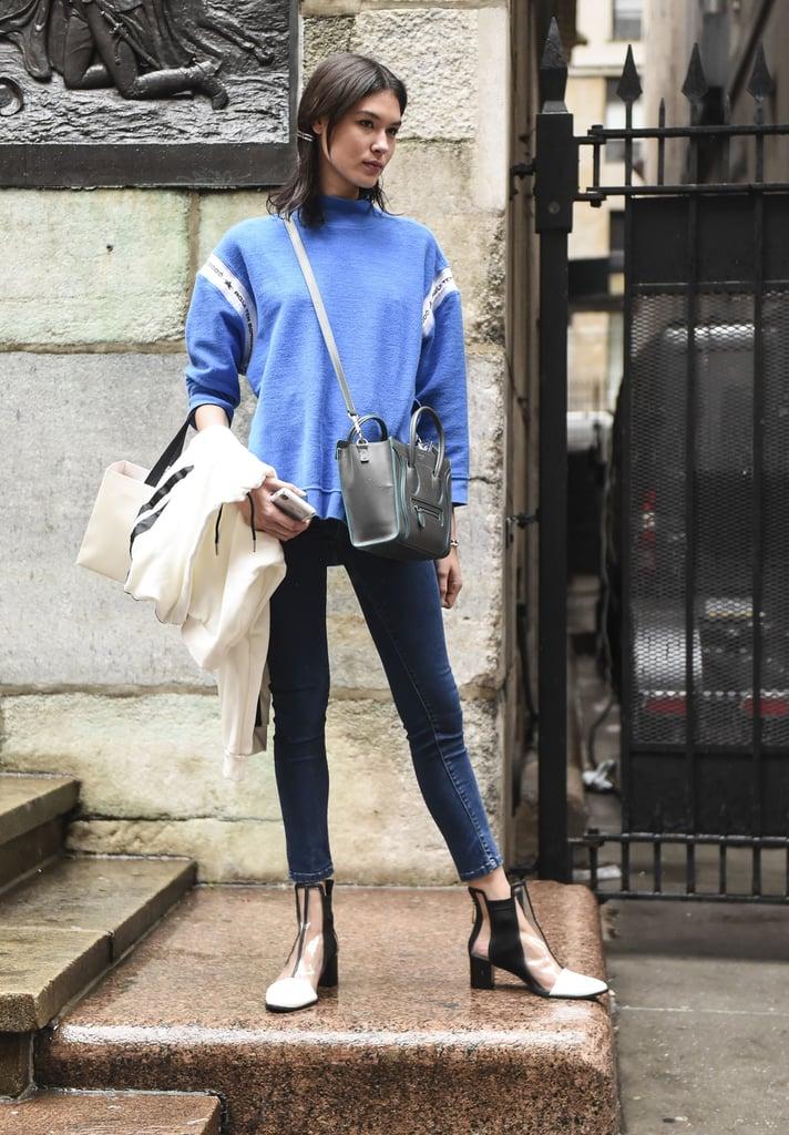 نسّقي المزيج مع حذاء بتصميم شفّاف وحقيبة ترتدينها بشكل مائل