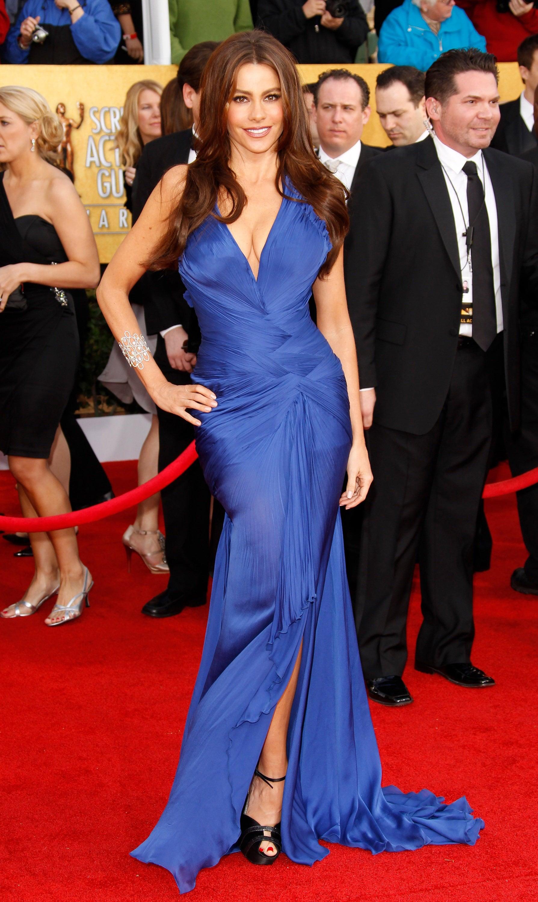 With a plunging neckline, enticing thigh-high slit, and brilliant cobalt hue, Sofia Vergara's body-hugging Roberto Cavalli gown stole the show at the 2011 SAG Awards. The star tempered her sultry number with a few dazzling accessories, au naturel makeup, and breezy waves.