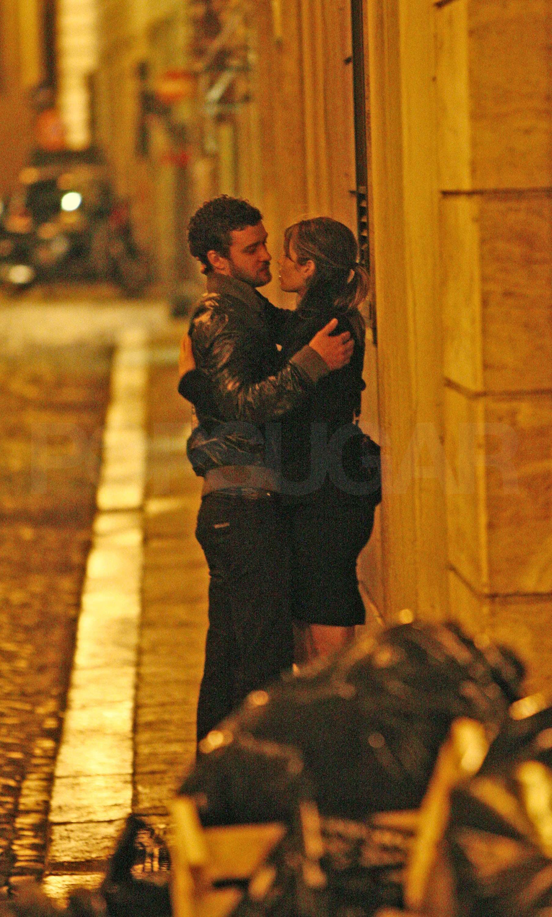 PopsugarCelebrityJustin TimberlakePhotos of Justin Timberlake and Jessica Biel Kissing in RomeJustin and Jessica Still Keeping It Romantic in RomeSeptember 29, 2008 by Celebrity2 SharesChat with us on Facebook Messenger. Learn what's trending across POPSUGAR.Justin Timberlake and Jessica Biel have been enjoying a vacation in Italy packed with photo ops and sightseeing, but they also found time to get romantic. Last week they shared a few kisses on the street and cozied up over dinner. On Friday the couple headed to a vintage jewelry shop for a few new items to add to Jess's collection. Now that Scarlett Johansson and Ryan Reynolds are married, we can't help but think back to last year and wonder if an even more special sparkler is on the way for these two members of that love square.To see more of Justin and Jessica all lovey dovey around Italy, just .Bauer-Griffin Online Join the conversationChat with us on Facebook Messenger. Learn what's trending across POPSUGAR.Justin TimberlakeJessica BielWant more?Ge - 웹