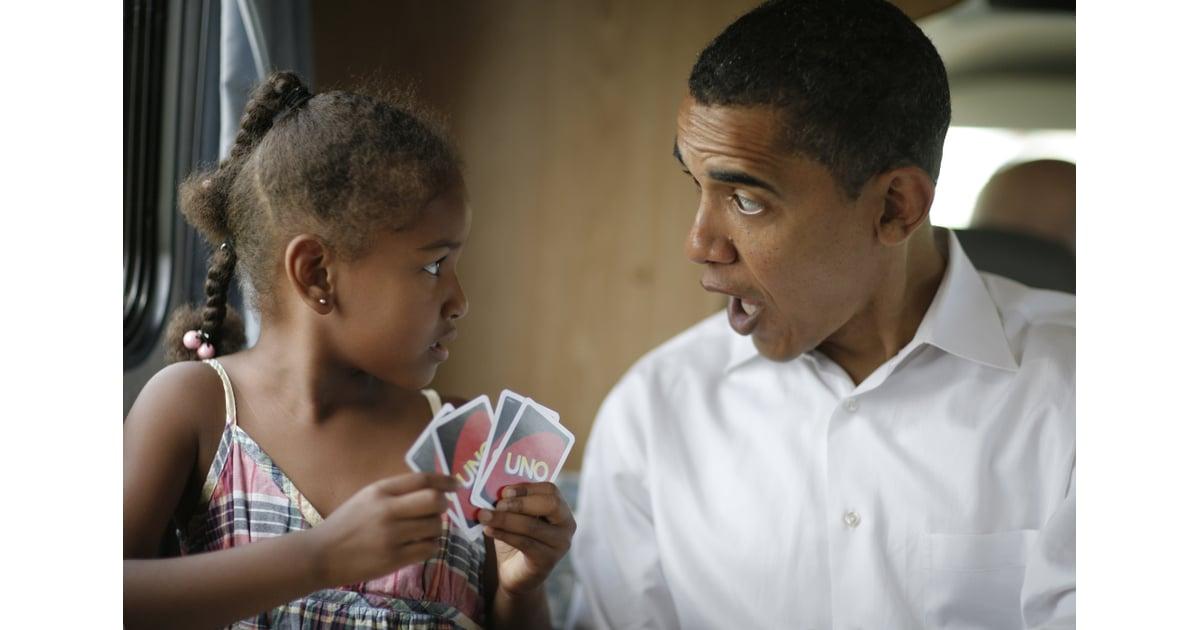 sasha und ihr vater spielen karten am 4 so feiern die. Black Bedroom Furniture Sets. Home Design Ideas