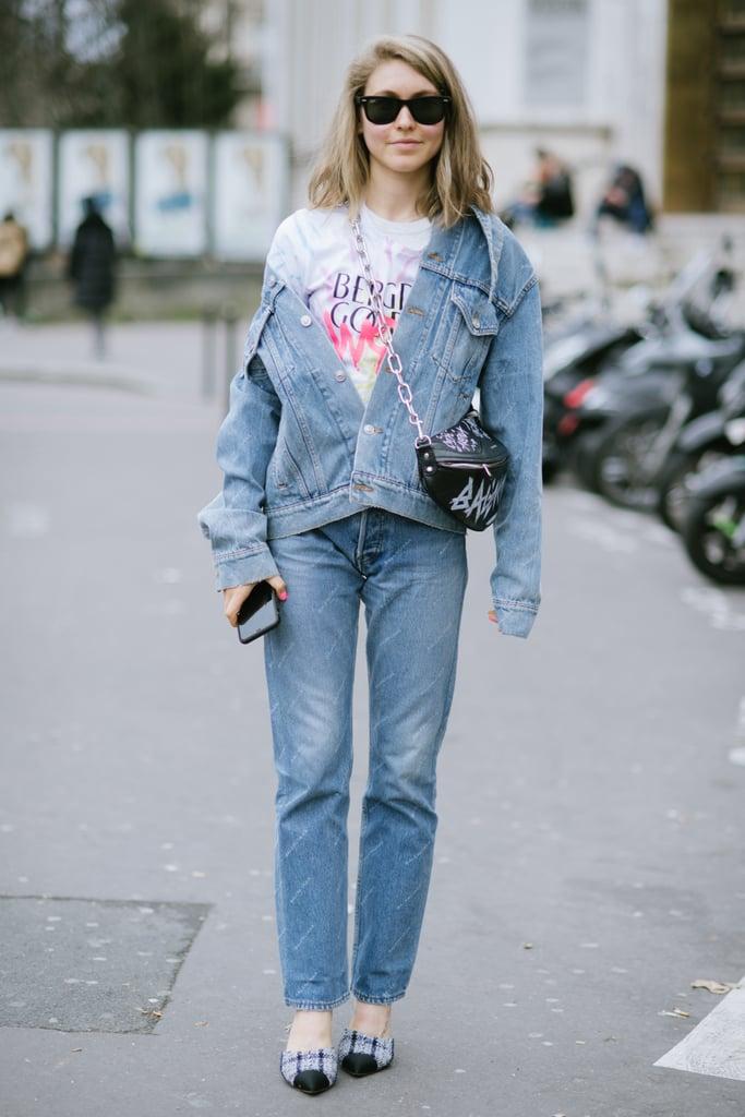 أتقني فنّ التألّق بالجينز فوق الجينز عبر ارتداء سترة دنيم رائعة على نحو غير متوازٍ إلى حدٍّ ما
