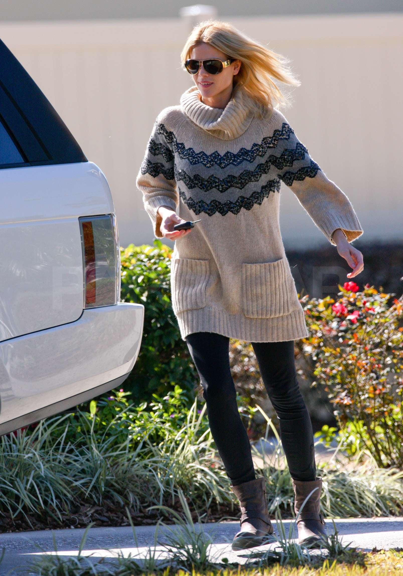 Photos Of Elin Nordegren Walking Outside Her Home In Florida Latest Tiger Woods News